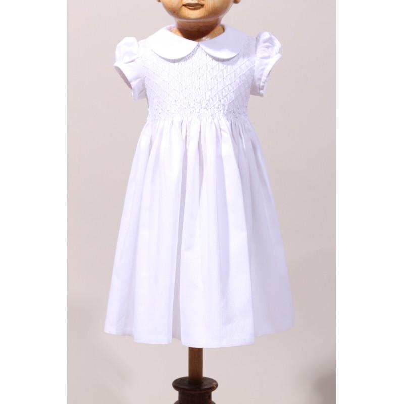 a1961175057f1 Robe blanche de bébé à smocks pour une cérémonie de baptême