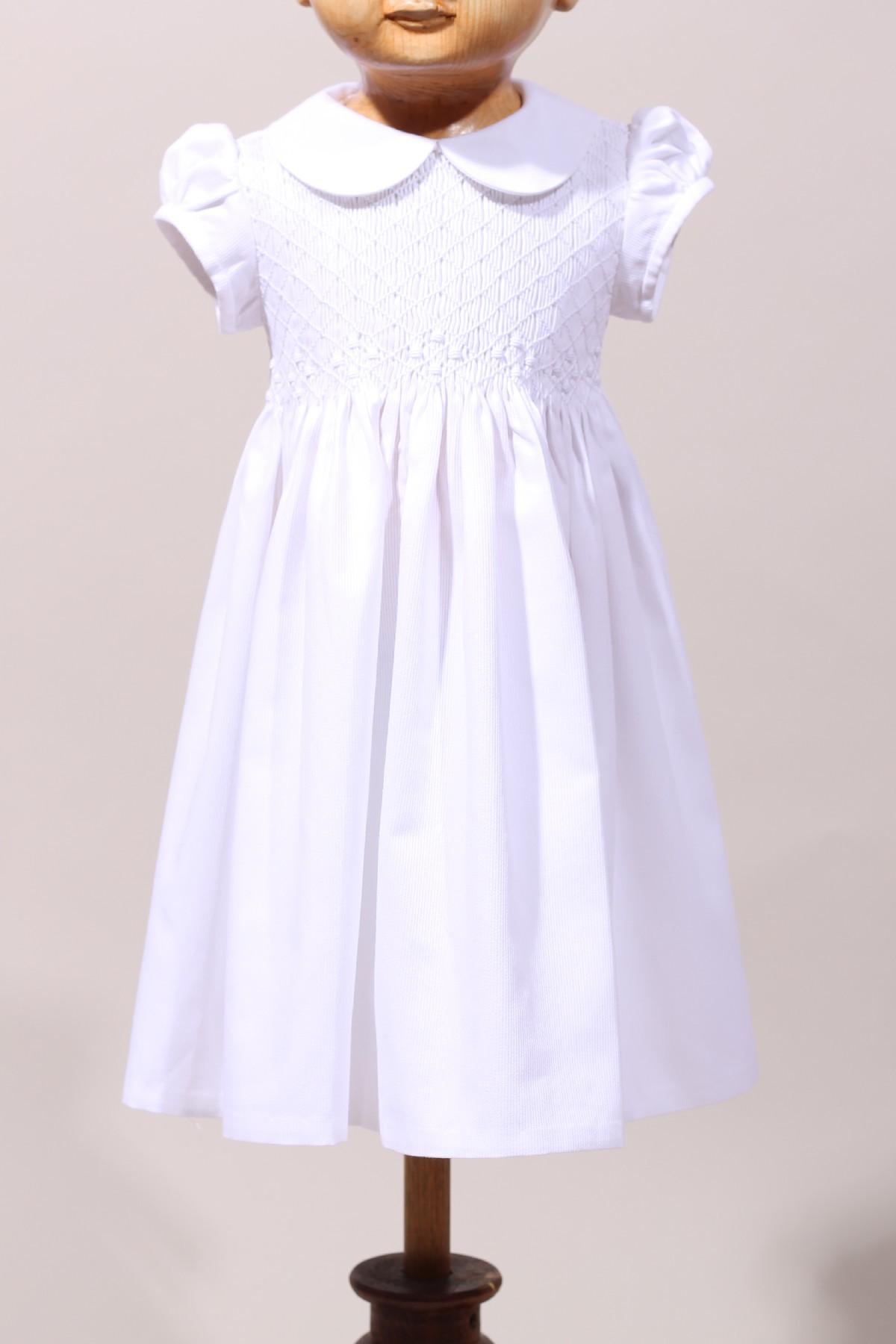 4765910c841c5 Robe blanche de bébé à smocks pour une cérémonie de baptême